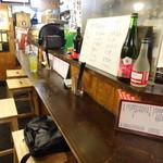 静岡おでんガッツ - カウンター席は右側、テーブル席は左側/2013年12月来店