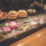 ちえ蔵 - 色とりどりの魚介類がカウンター前に並び迫力満点