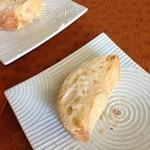 22825906 - 自家製のパン、アーモンドバター添え