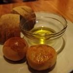 ニコ スペーツェ - まずはパンとオリーブオイル。