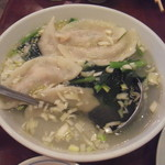 三和楼 - 水餃子:スープごと頂きます。スープに味がついているので醤油やラー油等のタレを掛ける必要はありません