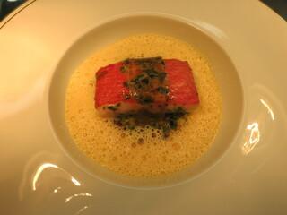 ロオジエ - 海藻バターでポッシェした金目鯛 酸味を加えたつぶ貝のシリアル 生雲丹のブイヨン