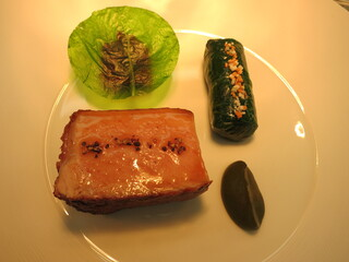 ロオジエ - フランス産仔牛のロティ サラダ菜と茸のブレゼ エシャロットとビーツのコンフィ オゼイユのピューレ