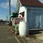 22841431 - 道沿いの看板と白い建物はトイレ