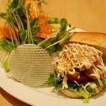 マザームーンカフェ - 照り焼きチキンとトマトのベーグル。     サラダもたっぷりです。
