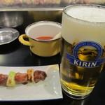 22848180 - 生ビール(大)、かしらと辛子味噌です