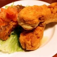 キングスヤード - フライフィシュ&フェスティバル                        コーンミールと小麦粉をココナッツミルクで練った揚げパンと、フライした魚にピネガーソースをかけてどうぞ!