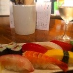ワヰン酒場 かもしや - 隣店からお寿司、お刺身取れます!