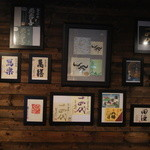 遊 - 壁には有名な和酒のラベル