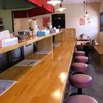 博多ラーメン片岡屋 - 何故か打ちつけてあるテーブルとイス