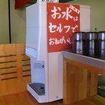 博多ラーメン片岡屋 - お冷はセルフでお願いします