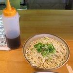 博多ラーメン片岡屋 - 替え玉には味が薄くならないようにラーメンタレが付いてきます