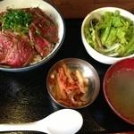 日本焼肉党 浅草橋東口店 - レアステーキ丼                                 13時以降はドリンク付きらしいのだけど、全然出てくる気配なし