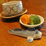 花月 - 可愛いハゼの箸置き。料理も素朴です。