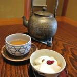 花月 - デザートのヨーグルト&お茶の鉄急須