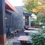 カフェドムッシュ - オープンカフェになっているけど、さすがに冬に客はいない(www