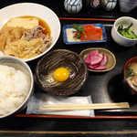 おいしい台所12カ月 - 〔日替ランチ〕牛すき焼き定食(¥800)。味噌汁には、旬のカブが入る