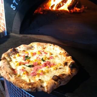 ナポリから取り寄せた石釜で焼き上げる、本場のピッツァ