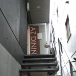 AZ DINING - 階段で2階に上がります。
