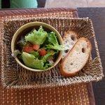 AZ DINING - 有機サラダとスライスバゲットです。
