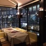 オッティモ・シーフード・ガーデン - 大きなガラス窓ごしに新宿の夜景が