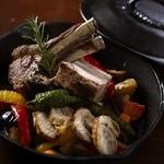 フォルノ ディ ルイジ クオモ - 南部鉄器の鉄鍋を使用したメインディッシュでは多種のお肉料理がお楽しみ頂けます。