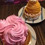 マロニエ洋菓子店 - カボチャモンブランとカシス洋ナシのタルト