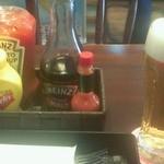 ワッツカフェ - バーガーセットのビールと、出してくれた調味料