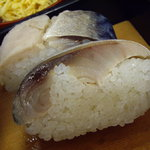 229011 - optio A30で撮影。鯖寿司の昆布を外す。