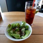 ぷらっトリア - サラダ、アイス紅茶(2013/12/04撮影)