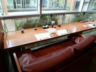 菅乃屋 上通店 - 窓側はソファーに並んで座るカップルシートになっています♪