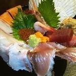 魚や 六蔵 - はみでる海鮮丼♪