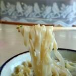 丸隆そば - 縮れの強い幅6~7㎜の平麺