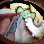 彩旬 - ちらし650円。寿司ネタは、蛸・エンガワ・白身・鯵・中トロ・赤身・蒲鉾・トビッコ・玉子・蓮根・胡瓜です。