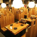 鳥貴族 - 丸太や涼木材をふんだんに使った店内。非日常な空間で癒しを感じていただけます。