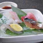 つむぎや テッパンヤキ - 本日のお刺身盛り合せ(その日に仕入れる新鮮な魚介のお刺身四種を少量づつ付け合わせ致します。)