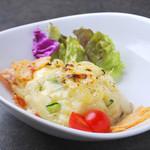 つむぎや テッパンヤキ - ポテトサラダを鉄板で 600円(炙ったチーズがたっぷりかかった人気の一品です♪)