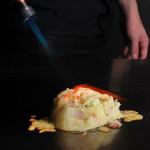 つむぎや テッパンヤキ - ジャガイモ1個を鉄板の上で潰し、具材と混ぜ合わせてからたっぷりのチーズをのせて炙る、つむぎや流ポテトサラダです!