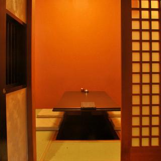 4名様〜6名様まで収容可能な掘りごたつのお座敷個室を1部屋完備しております。