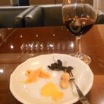 22916045 - ドライフルーツと赤ワイン