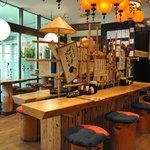 博多芳々亭 - 木のテーブルとイス