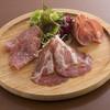 インビスクラ - 料理写真:3種類のハムの盛り合わです。