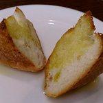 Boo - Pizza & Kitchen Boo @ときわ台 ランチに付くバケットトースト オリーブオイルが掛けられています