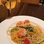 イルピノーロ カフェ - エビとフレッシュトマト 季節野菜のガーリック風味