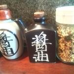 九州の地魚料理 侍 - 卓上…ふたつ醤油があるけど違いは…