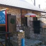 ロティスリー ル パヴィヨン - 入口 (横には薪窯があります)