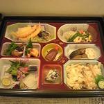 東大美 - 法事用会席膳(折詰)5,250円。使い捨て容器にて配達。出席者の方にお土産用としても。