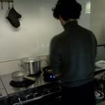 なぎ - 料理をする、いつもはフロアにいる店長のおにいちゃん