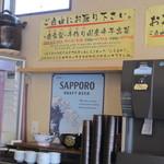 まんまる - 食券を店員さんに渡したら販売機の横にあるセルフコーナーで水と特製のお惣菜をとりに向かいます。
