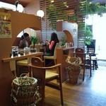 鶴亀飯店 - 飯店なんて名前の割にカフェ風な店内